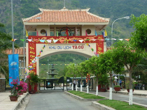 Cổng chào khu du lịch núi Tà Cú