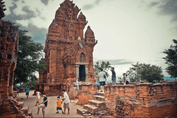 Trẻ con tìm đến tháp Chàm để vui chơi mỗi buổi chiều