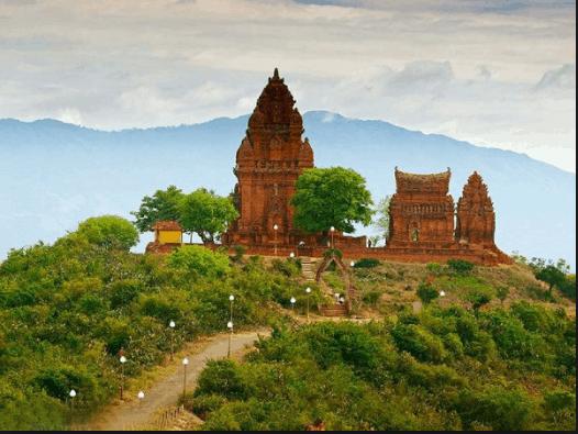 Đường vào tháp Chàm