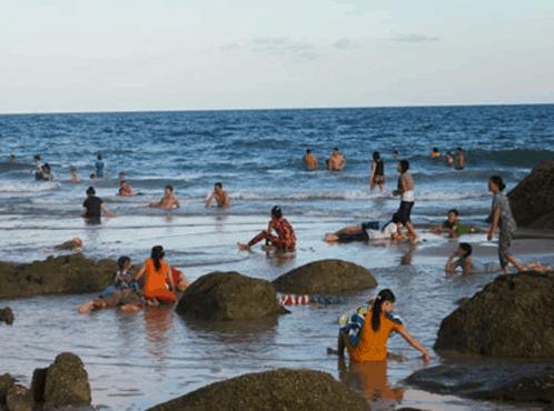Du khách đến tắm biển ở bãi đá rất đông