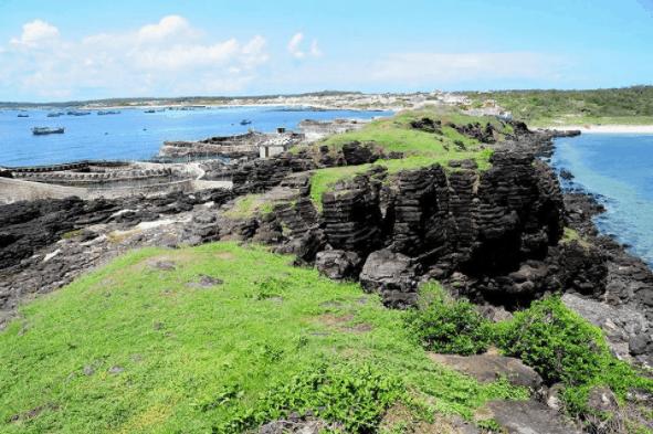 Những vách đá xếp tầng lạ mắt tạo nên vẻ đẹp riêng cho đảo Phú Quý