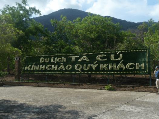 Biển chào khu du lịch núi Tà Cú