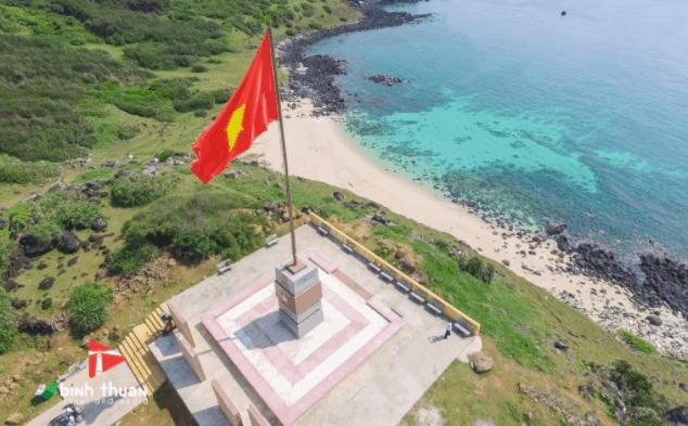 Cột cờ trên đảo Phú Quý