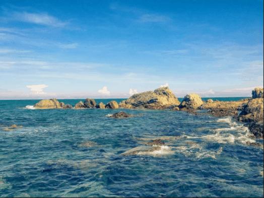 Biển xanh trong vắt ở Hòn Rơm