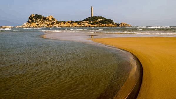Biển xanh, không khí trong lành, ngọn hải đăng hoài cổ