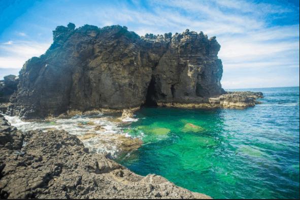 Những khối đá xếp tầng tô đẹp cho đảo Phú Quý