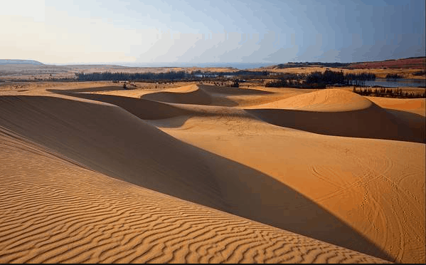 Những triền cát dài ôm lấy hồ nước