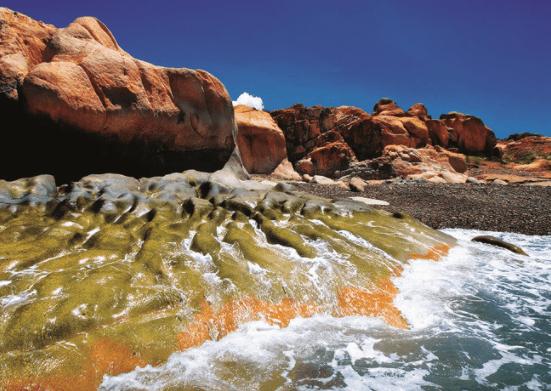 Những tảng đá ôm ấp biển Cổ Thạch