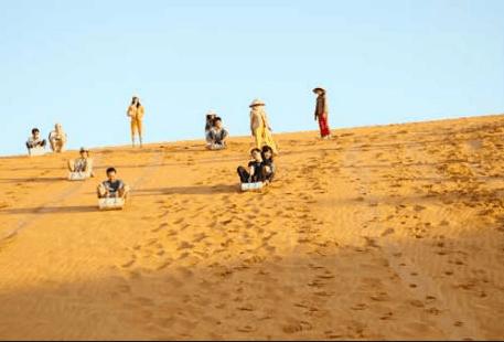 Trò chơi trượt cát siêu thú vị ở đồi cát bay Phan Thiết