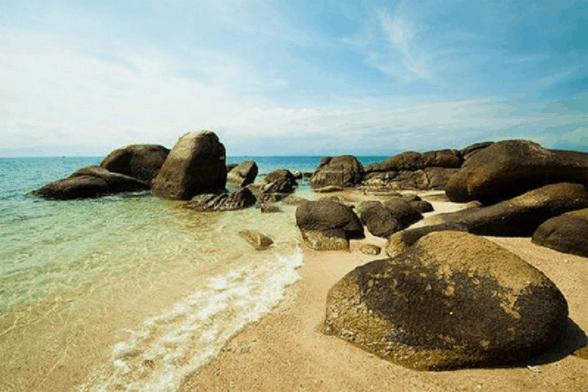 Nước biển trong vắt ở bãi đá Ông Địa
