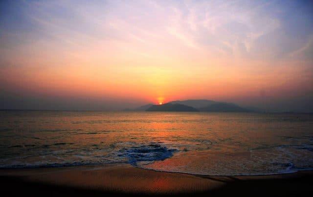 Ngắm bình minh và hoàng hôn trên biển là trải nghiệm bạn nhất định phải thử khi đến đây (Ảnh ST)