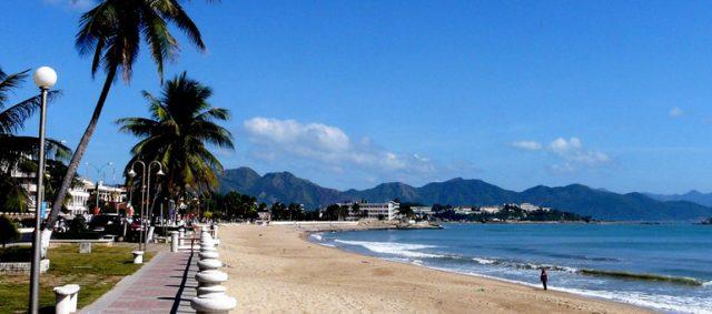 Chiều dài bờ biển khoảng 7km mở ra một quang cảnh biển rộng lớn hút tầm mắt (Ảnh ST)