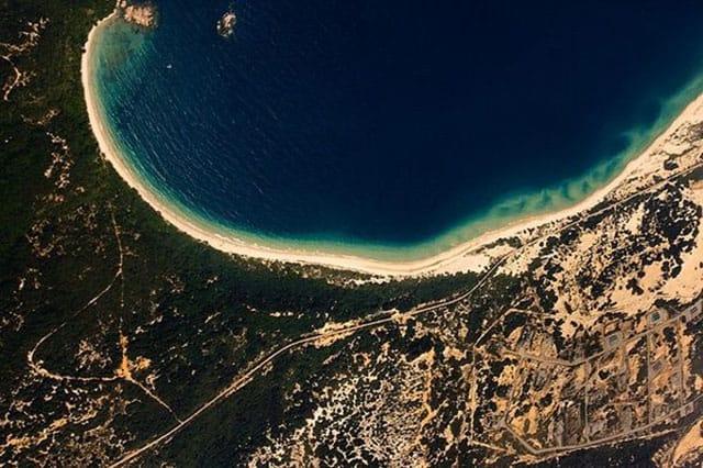 Hình ảnh Bãi Dãi nhìn từ vệ tinh giốnag như con rồng đang nằm cuộn mình (Ảnh ST)