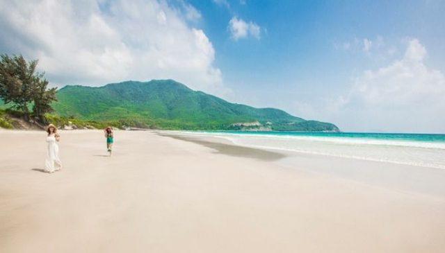 Đi dạo chân trần trên những bãi cát mịn màng và nghe tiếng sóng vỗ rì rào mới thú vị (Ảnh ST)