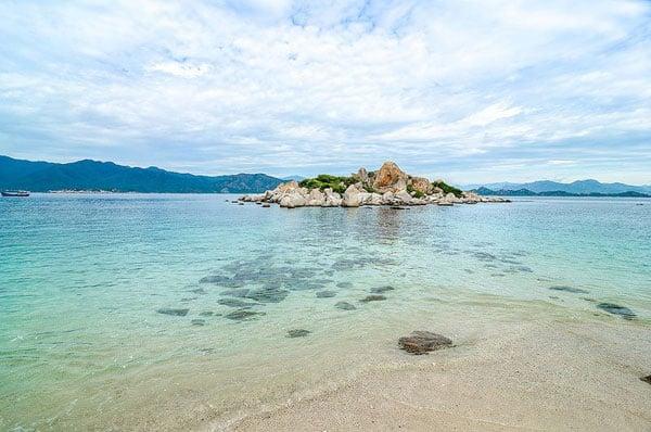 Vẻ đẹp bãi nồm cùng nước biển trong xanh (Ảnh ST)
