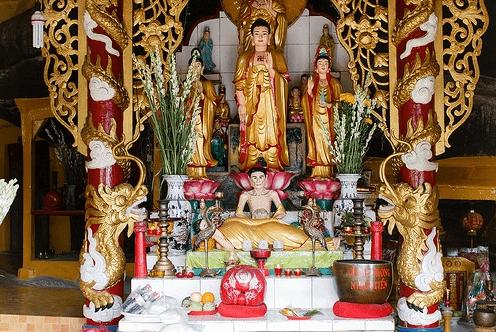 Bàn thờ chính trong chùa Gia Lào