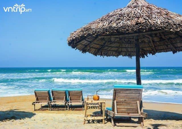 Ven bờ biển có nhiều chòi lá để bạn nghỉ ngơi, tắm nắng (Ảnh: Sưu tầm)