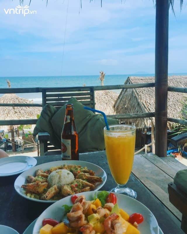 Thưởng thức hải sản tươi ngon trong các quán ăn với view vô cùng lãng mạn (Ảnh: @sunwoohwang)
