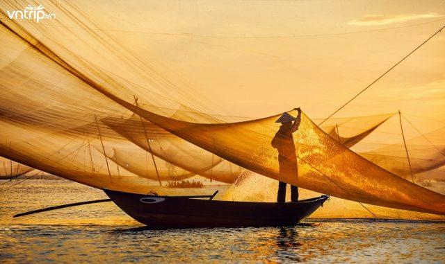 Ngư dân đánh bắt hải sản buổi bình minh trên biển Cửa Đại (Ảnh: Sưu tầm)