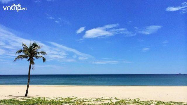 Biển Hà My với bờ cát trắng phau - nét đặc trưng của biển miền Trung (Ảnh: @fsnamhai)