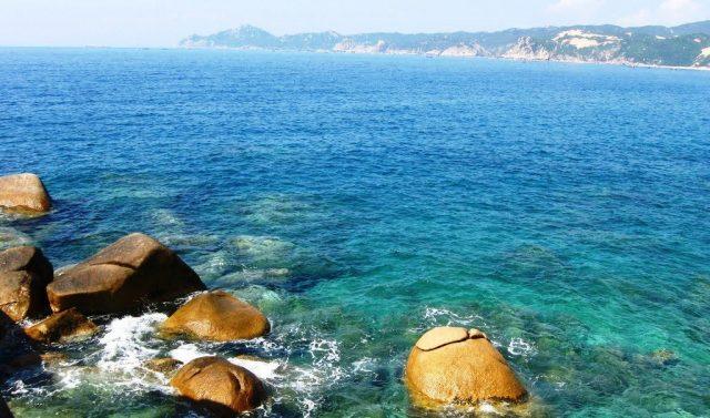 Biển ở đây lấp lánh dưới ánh nắng vàng ruộm như mật ong, biển xanh mướt mát, trong đến tận đáy (Ảnh ST)