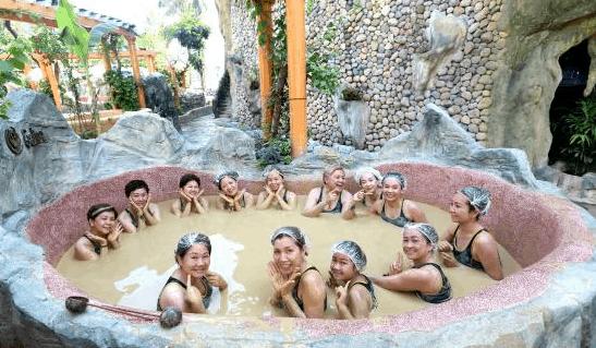 Bồn tắm tập thể tại Galina Mud Bath & Spa