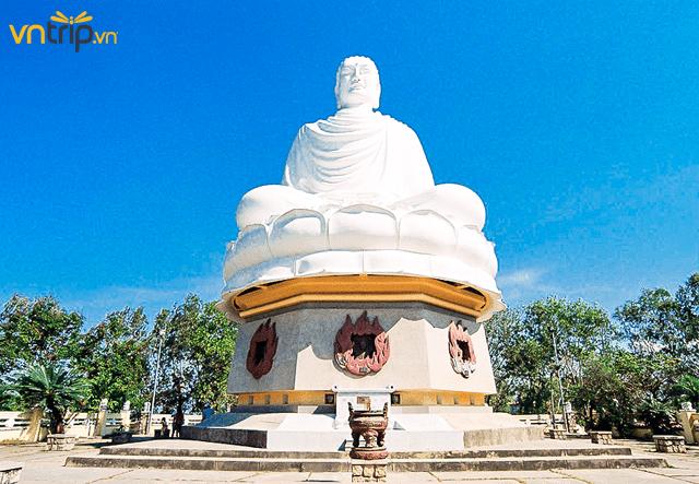 Pho tượng trắng khổng lồ tại chùa (Ảnh: Sưu tầm)