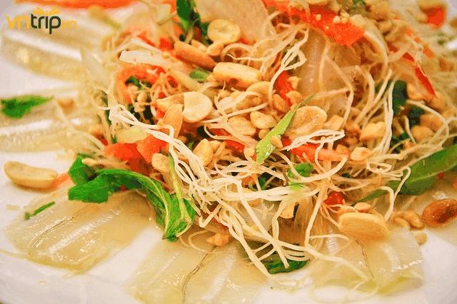 Gỏi cá mai, sự kết hợp hoàn hảo của một món ăn gia truyền (Ảnh: Sưu tầm)
