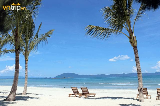 Những bãi biển xanh gợn sóng cùng bờ cát trắng mịn màng tại vịnh biển Nha Trang (Ảnh: Sưu tầm)