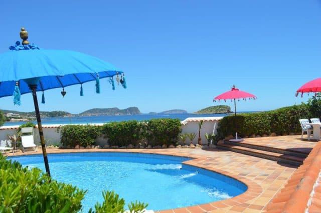 Bể bơi được tích hợp trong resort (Ảnh ST)