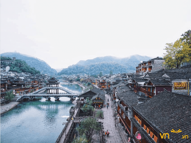 Kiến trúc độc đáo của cầu Hồng Kiều nổi bật trên Đà Giang