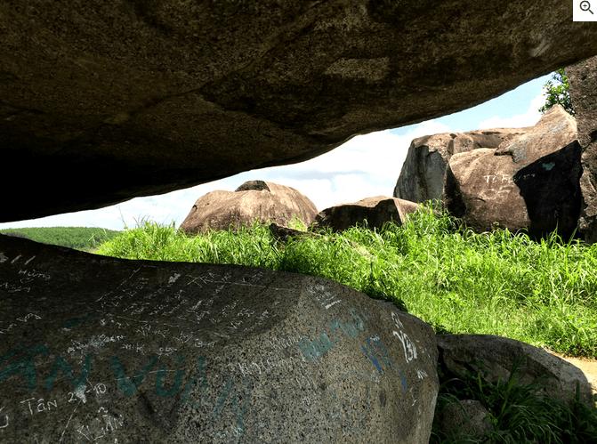 Có nhiều dấu tích lịch sử lưu lại tại quần thể đá Ba Chồng