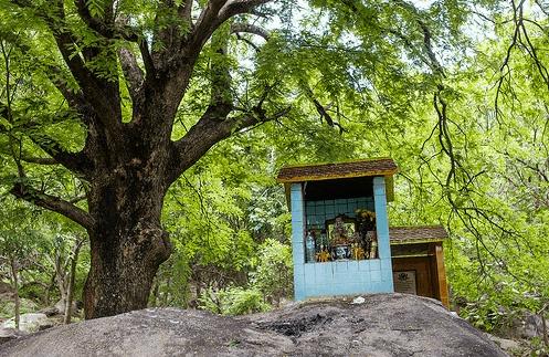 Đền thờ dọc đường tới chùa Gia Lào