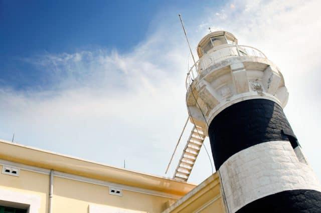 Hải đăng Hòn Lớn là 1 trong 5 hải đăng cổ nhất Việt Nam (Ảnh ST)