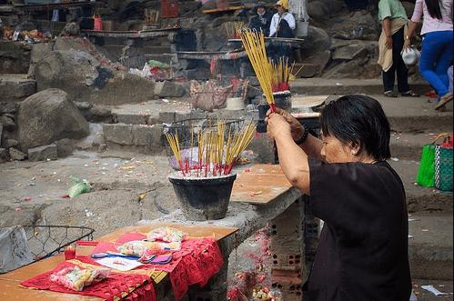 Hình ảnh người dân thờ cúng bên cây đa ba gốc