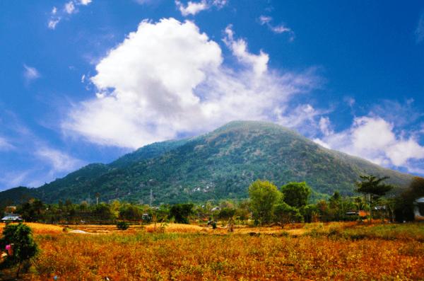 Hình ảnh núi Chứa Chan nhìn từ xa