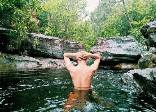 Hòa mình vào với làn nước suối trong mát tại Đá Bàn
