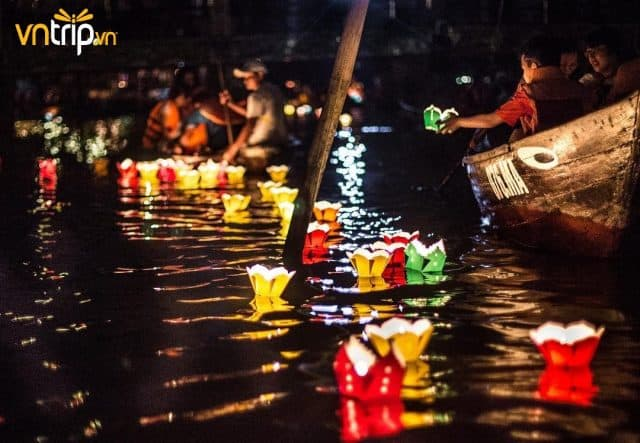 Con sông Hoài trở nên lung linh, huyền ảo bởi những chiếc đèn rực sáng màu sắc (Ảnh: Sưu tầm)
