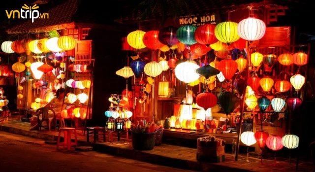 Những hàng đèn lồng rực rỡ sắc xanh-đỏ-tím-vàng được trang trí khắp nơi (Ảnh: Sưu tầm)