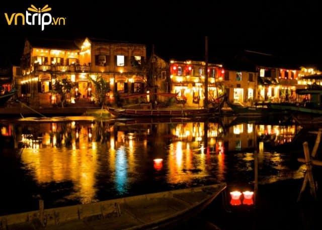 Khung cảnh lãng mạn và thơ mộng của phố cổ Hội An khi đêm về (Ảnh: Sưu tầm)