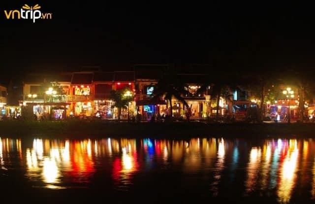Phố Nguyễn Phúc Chu tấp nập các cửa hàng ăn uống, đồ lưu niệm (Ảnh: Sưu tầm)
