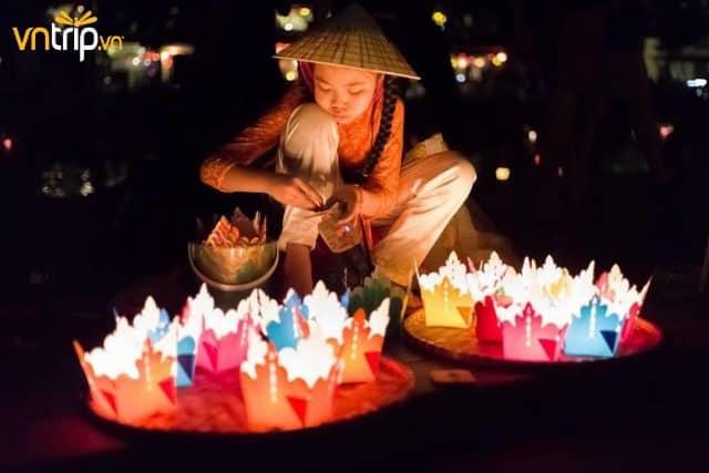 Những chiếc đèn hoa đăng được bán với giá từ 3000 - 10.000 đồng trên các tuyến phố (Ảnh: Sưu tầm)