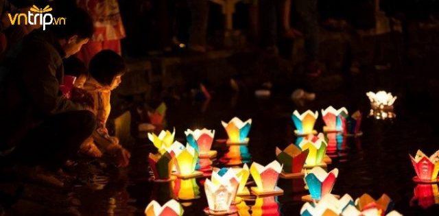 Ai cũng háo hức khi được tự tay thả những chiếc đèn hoa đăng xuống dòng sông Hoài (Ảnh: Sưu tầm)