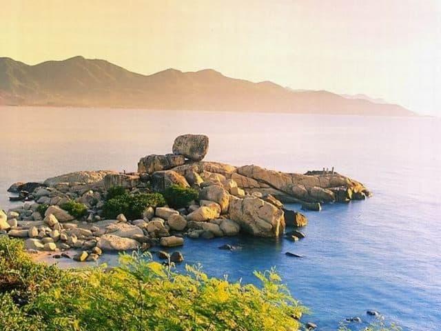 Đến hòn Chồng, du khách có thể ngồi trên mỏm đá buông câu hoặc đi dạo bờ cát hay leo đá (Ảnh ST)
