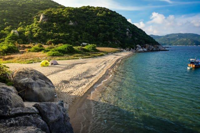 Đảo Hòn Lớn có nhiều bãi biển tuyệt đẹp (Ảnh ST)