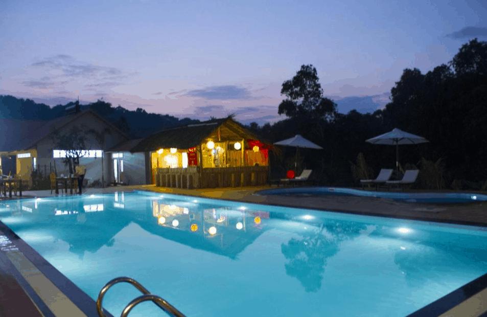 Không gian lãng mạng tại khu bể bơi Ong Lang Village