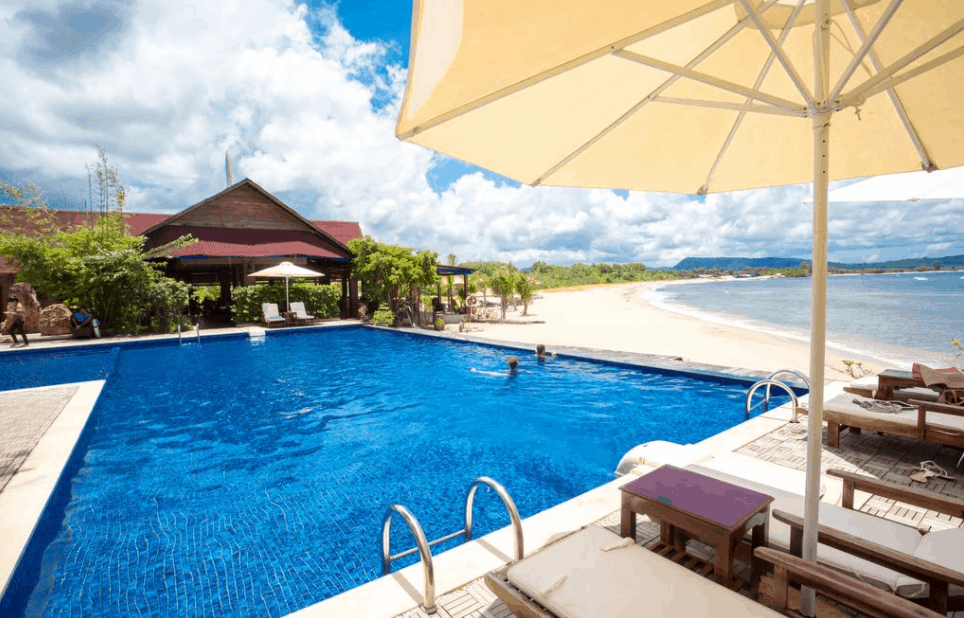 Khu bể bơi tại Chez Carole Resort