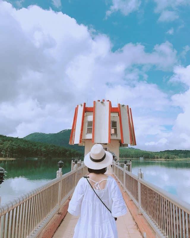 Cây cầu tại Hồ Tuyền Lâm. Ảnh: ST