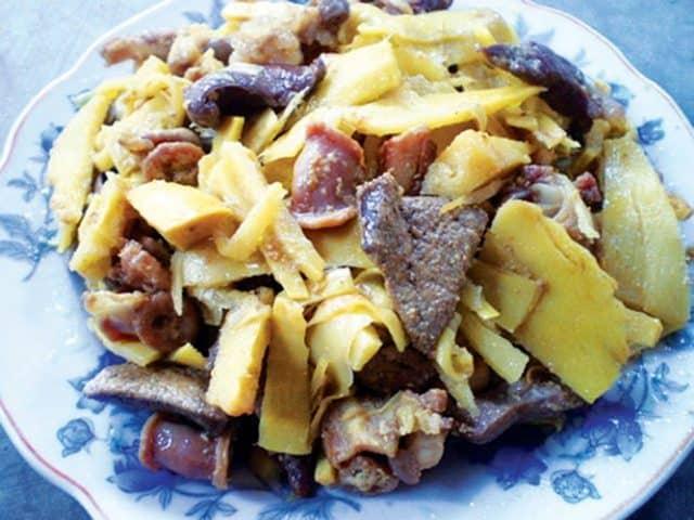Măng nướng xào vếch bò là món đặc sản của riêng người Ê đê ở đây (Ảnh ST)