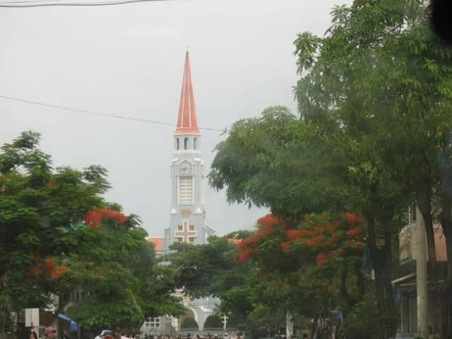 Từ xa bạn cũng có thể thấy nhà thờ (Ảnh ST)